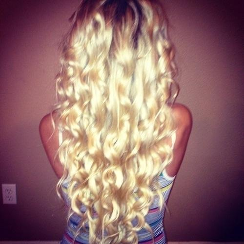 loose light blonde curls