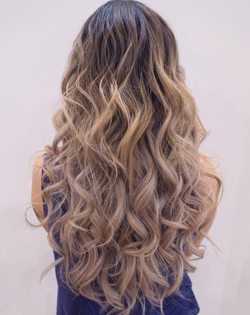 curly blonde summer style